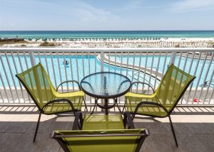 Beachfront condo, WiFi, balcony, pool, FREE beach chairs